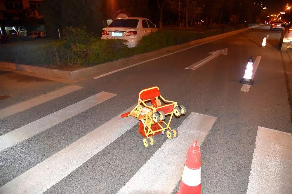 惊了!广西一轿车斑马线前不减速 婴儿车瞬间被撞飞