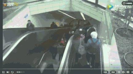 可怕!停用扶梯当楼梯走 男子被瞬间卷入(视频)