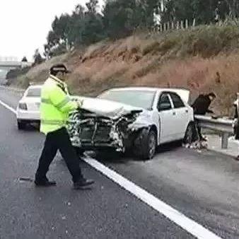 广西一小车连续变道致后车失控!交警回应:继续调查