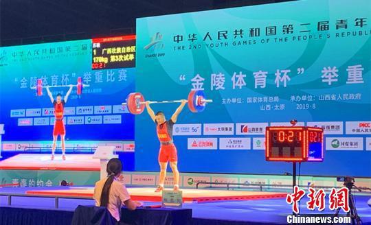 来自全国多地的12名运动员参加了体校甲组男子67公斤级的对决。 刘小红 摄