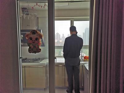 冯远在冯洁生前的公寓。新京报记者 周小琪 摄