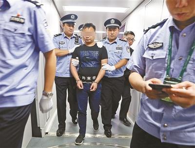 王某被警方押解回国 供图/拱北海关