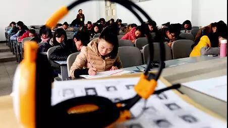 学生正在进行听力测试(来源/本刊)