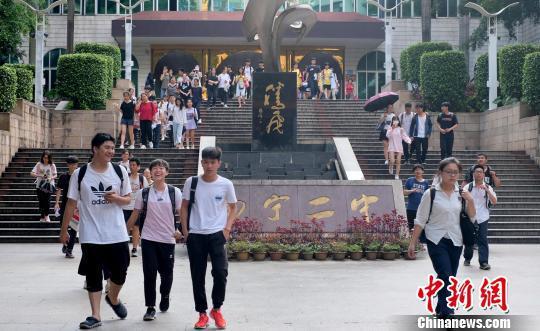6月8日,广西南宁二中,考生走出考场。 俞靖 摄