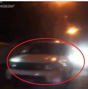 谁的路虎车不要啦?广西一男子把车停路边就下车跑了