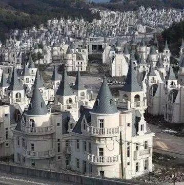 """迪斯尼村变""""鬼村""""!百座城堡烂尾荒山中 一栋350万"""