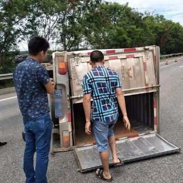 险酿惨剧!广西男子私拉煤气为躲检查高速上撞防护栏