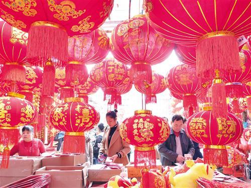 春节临近,南宁市民开始为传统佳节做准备。昨日,在我市的年货市场,灯笼、春联等节庆饰品红得十分耀眼,吸引许多市民前来挑选。记者梁枫摄影报道