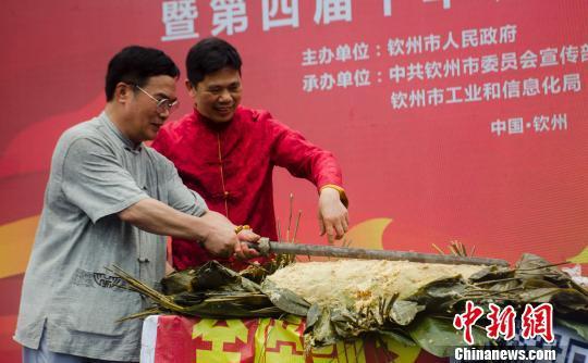 钦州:168斤大粽子馅有6只猪脚3只鸡 民众排队分享