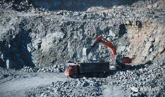 ▲1月24日,元猛公司莫圪内铁矿场内,货车装满铁矿后,会拉到选矿厂进行加工。新京报记者 游天燚 摄