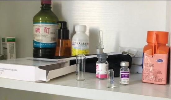 工作室药品及耗材。 新京报记者 摄