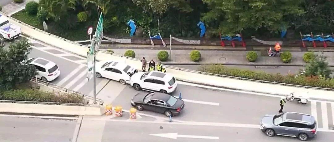 突发!南宁青竹立交两车追尾 后车女司机竟直接跳桥
