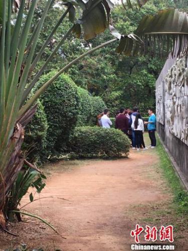 """图为""""讲师""""王某在长青公园给涉传人员大讲传销歪理。 郑相元 摄"""