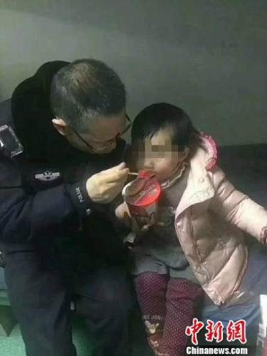 两岁女童客运站走失3天 警方仍未找到其家人