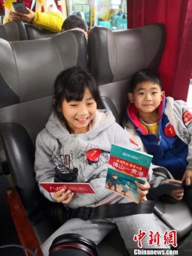 在粤务工人员子女也免费乘坐大巴。钟欣摄