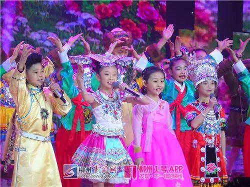温佳棋(左二)与各族小朋友合唱歌曲(资料图)