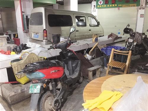 市场内的一处摊点成为堆积物品点和电动自行车停靠点 本报记者 潘薇薇 摄
