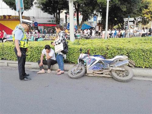 南宁交警在街头整治摩托车违法行为(交警四大队供图)