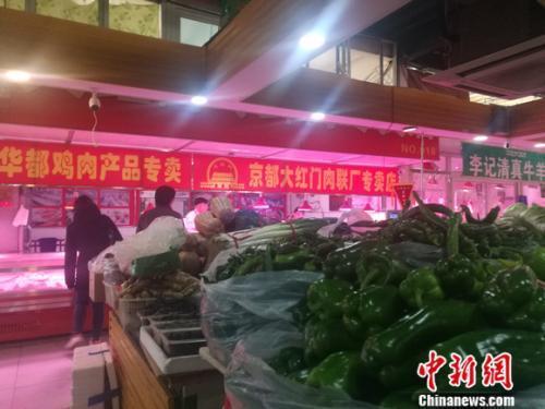 资料图:北京丰台一家菜市场里的肉食区。 谢艺观 摄