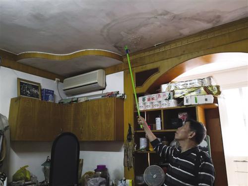 老黄指着房间天花板说,这个地方经常渗水导致发霉