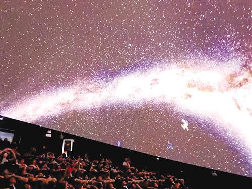 小学生在激光球幕影院观看光学8K科普大片记者赖有光摄