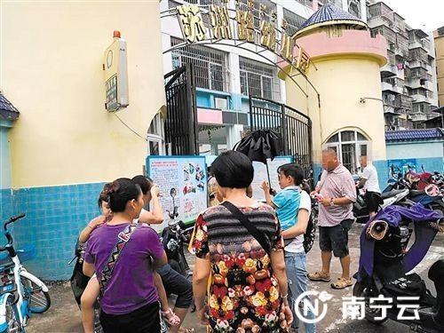 部分家长在幼儿园门口商讨孩子入园问题 记者 潘国武 摄
