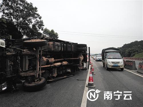 货车右后轮脱落导致侧翻,占了一半的道路。通讯员 潘洪江 摄