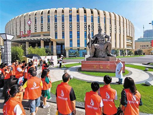 广西中医药大学副校长、广西国际壮医医院院长覃裕旺介绍壮医的发展