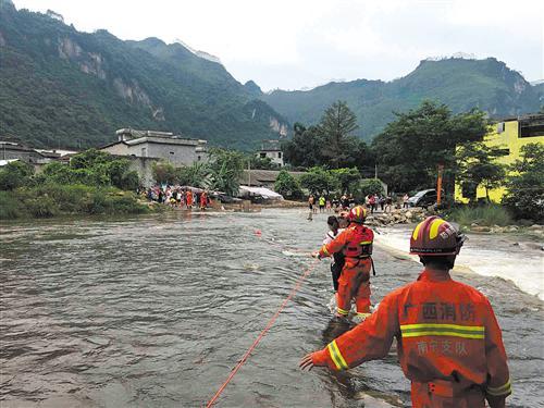 上林县消防员拉救援绳救援被困游客(消防供图)