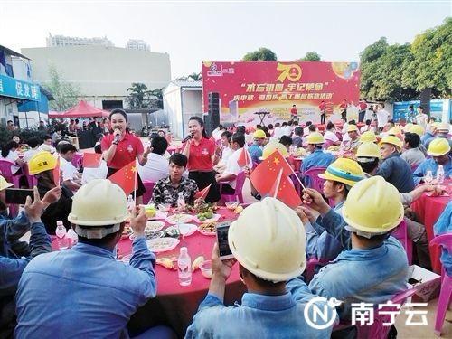 项目建设者相聚一起分享欢乐。记者杨静 摄