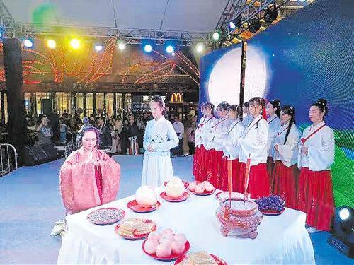 """市民欢度中秋:穿汉服行祭月礼 柚子皮做""""波碌灯"""""""