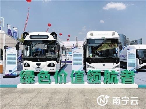 """智能公交车、新能源汽车,这些都是地道的""""南宁造""""。 记者韦静 摄"""