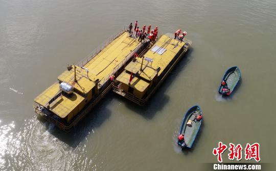 演练失控船舶救援。 龚普康 摄