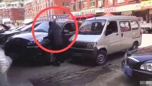 醉了!柳州五菱神车怒怼保时捷 司机为录抖音砸豪车