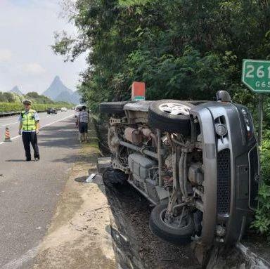 桂林男子驾车在高速公路爆胎侧翻 万幸仅一人受轻伤