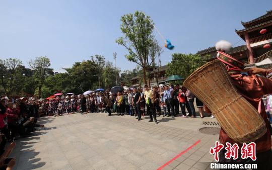 苗族民众在进行抛绣球比赛。 龙林智 摄