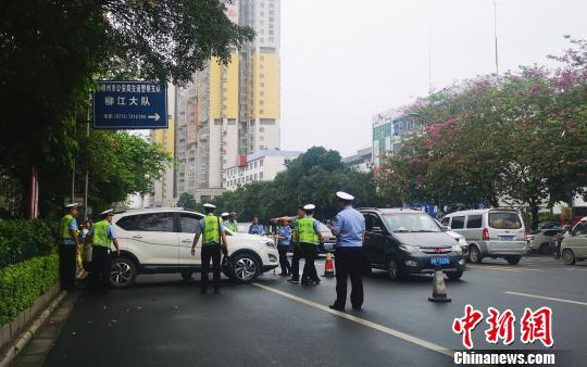 交警正在事故现场处理。 朱柳融 摄