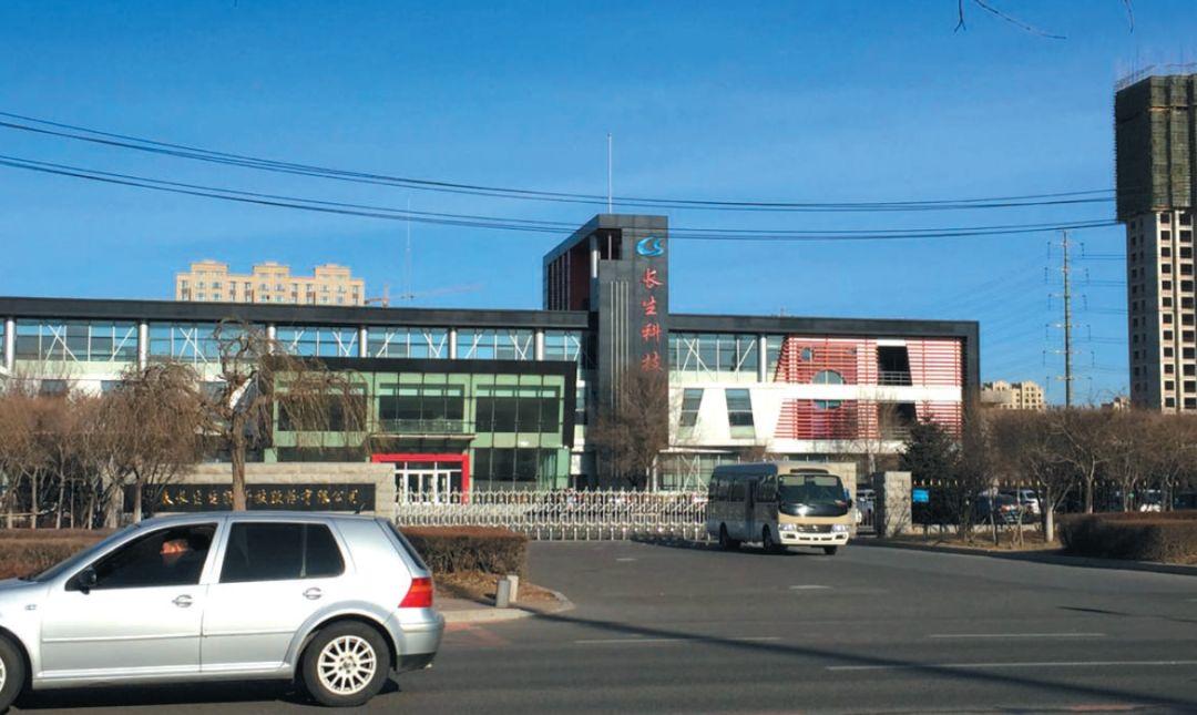 ▲12 月12 日上午10 点,长生生物员工的培训大多结束,高新分局一辆中型客车停在公司门口,里面坐着值班的公安民警。