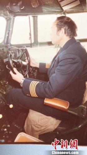 周春林驾驶安-30飞机。周春林供图