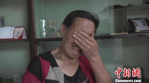 刘新连失声痛哭。 王惠琳 摄