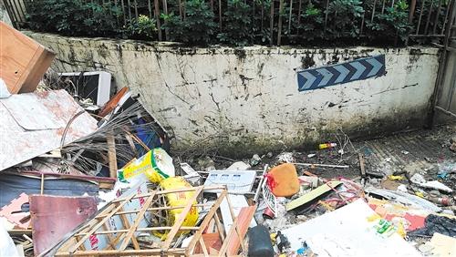 大件垃圾和建筑垃圾丢弃在废弃的停车场出口 本报记者 韦薇 摄