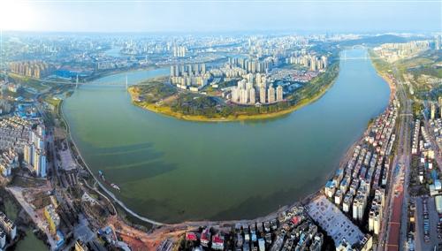 """邕江在""""南宁都心""""新规划中担当着南宁城市中轴""""脊梁""""的角色 本报记者 宋延康 摄"""