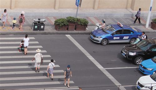 在南宁街头,斑马线前文明礼让蔚然成风记者程勇可摄