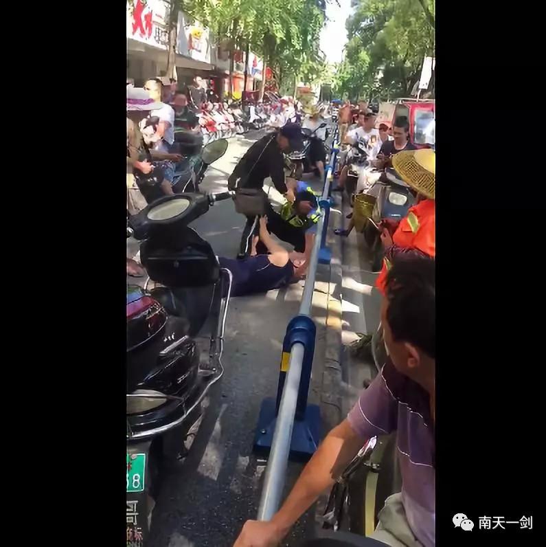 桂林一男子逆行与人碰撞 交警出面调解却被当街暴打