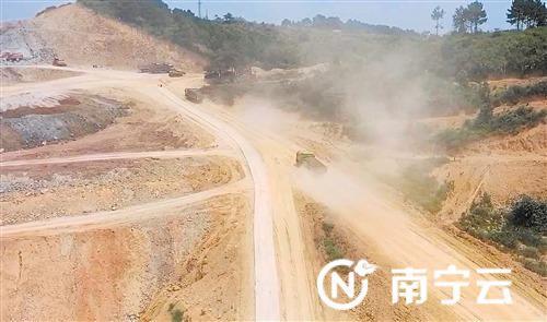 市民上传的视频拍摄了工地施工现场的画面 记者 黎兆齐 截图
