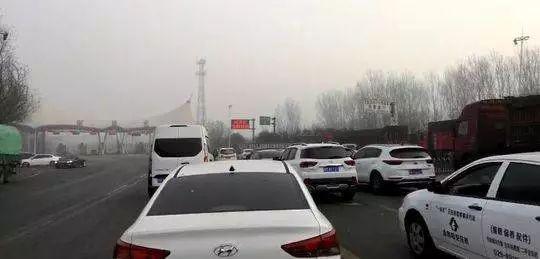 因为大雪天气,回家必经的高速路封闭,李军一家在高速路口等待