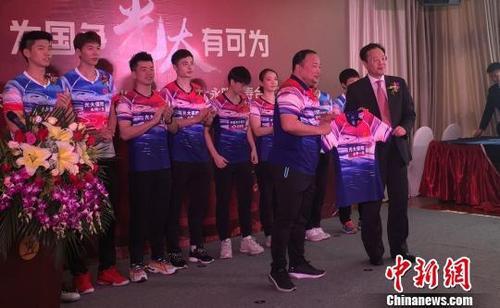 国羽选手展示本届苏杯赛服。 黄令妍 摄