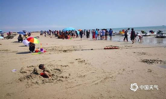 """北海被称为""""天下第一滩""""。由于地处亚热带,长夏无冬,气候宜人,每到冬季都会吸引大量游客前来避寒度假。(图文 /郭敏)"""