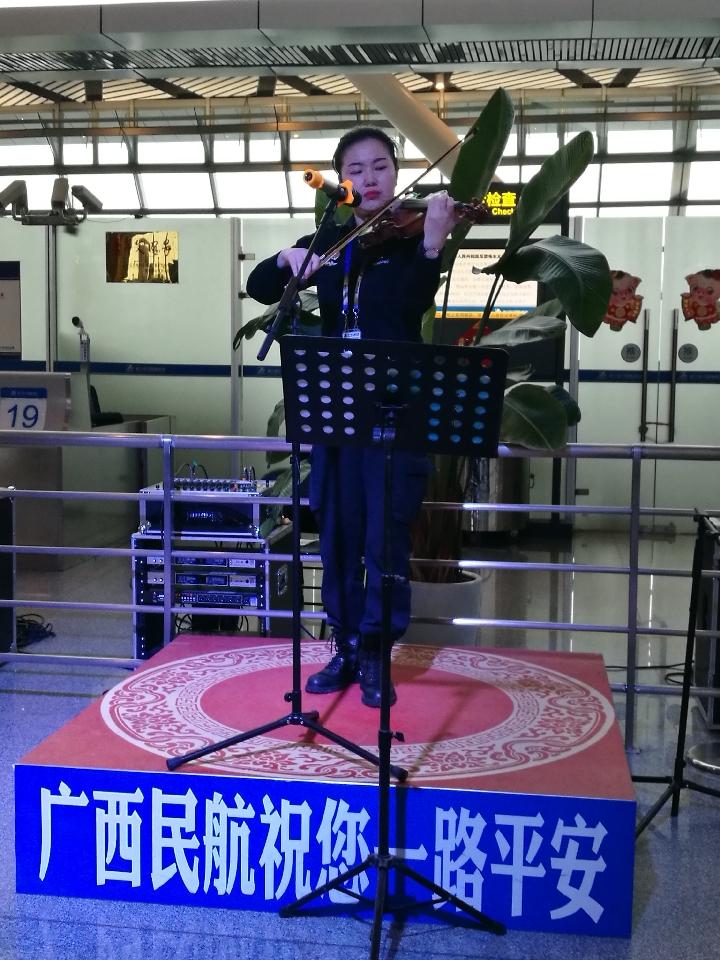机场出发大厅的小提琴演奏。新华社记者覃星星 摄