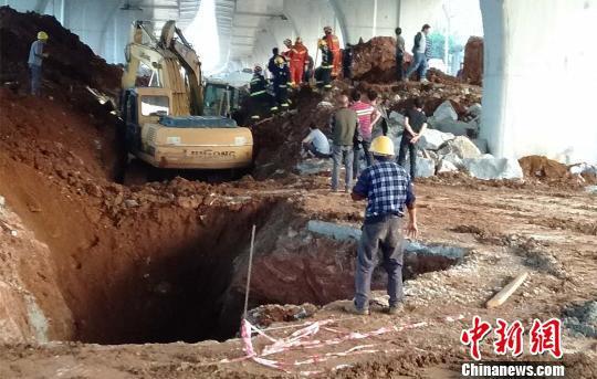广西柳州一工地发生塌方造成2死1伤(图)